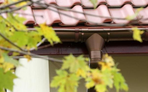 Jak zbierać wodę z dachu? Rynny a łapanie deszczówki